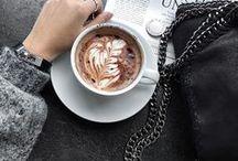 Kaffee Bilder & Rezepte / Was macht einen guten Morgen aus? Natürlich eine große Tasse Kaffee. Für alle, die Kaffee lieben, auf der Suche nach lustigen Kaffee Sprüchen sind, Kaffee Rezepte ausprobieren wollen und Kaffee einfach gerne trinken sammle ich hier alles rund um das beliebte Getränk. Denn ein Schluck Kaffee Liebe hat noch niemandem geschadet, oder?