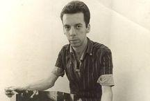 Hélio Oiticica (1937-1980) / Hélio Oiticica est un artiste brésilien né le 26 juillet 1937 à Rio de Janeiro et meurt le 22 mars 1980 à 42 ans dans sa ville natale. C'est un artiste en arts visuels connu pour son utilisation novatrice de la peinture et pour l' « éco-friendly art », qui inclus Picasso et Pénétrables comme le célèbre Tropicalia.