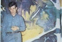 Morris Louis (1912-1962) / Morris Louis (né Morris Louis Bernstein) est un peintre américain (1912-1962). Il utilise la technique d'écoulement et de diffusion de la couleur très diluée versée sur la toile. Il peint des séries où la couleur « bave », « fuse » sur la toile en recouvrant successivement d'autres bandes de couleur. Morris Louis travaillait sur des toiles de coton non tendues sur châssis, avec de la peinture à l'acrylique mélangée à de la cire d'abeille le tout dilué à l'essence de térébenthine.