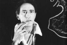 Jean Cocteau (1889-1963) / Jean Cocteau, (1889-1963), est un poète, graphiste, dessinateur, dramaturge et cinéaste français. Il est élu à l'Académie française en 1955.  Il a été l'imprésario de son temps, le lanceur de modes, le bon génie d'innombrables artistes. En dépit de ses œuvres littéraires et de ses talents artistiques, Jean Cocteau insista toujours sur le fait qu'il était avant tout un poète et que tout travail est poétique.