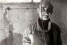 """Lucio Fontana (1899-1968) / Lucio Fontana, né le 19 février 1899 à Rosario, province de Santa Fe, Argentine et mort le 7 septembre 1968 à Comabbio, près de Varèse en Italie, est un sculpteur et peintre italien d'origine argentine, fondateur du mouvement spatialiste associé à l'art informel.  Le nom des œuvres sont écrits en italien comme """"Concetto spaziale, Attesa"""" qui veut dire """"Concept spatial, Attente""""."""