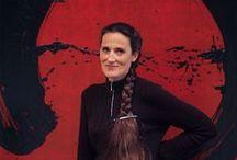 Fabienne Verdier (1962- ) / Fabienne Verdier, née le 3 mars 1962 à Paris, est une artiste peintre française. Son processus créatif comprend trois phases.  D'abord, elle consigne ses recherches dans des carnets. Ensuite, elle prépare la toile en appliquant des couches successives de pigment et de vernis afin d'obtenir le degré de saturation et de profondeur de la couleur.  Enfin, en se tenant debout sur le châssis et en utilisant des outils qu'elle a elle-même mis au point, elle met en forme la matière.