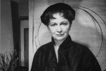 """Hedda Sterne (1910-2011) / Hedda Sterne (née Hedwig Lindenberg (1910-2011) est une artiste peintre américaine dont on se souvient particulièrement qu'elle est la seule femme figurant sur la célèbre photographie des peintres de l'expressionnisme abstrait appelés """"Les Irascibles"""", publiée par Life en 1951. Elle s'y trouve aux côtés de Jackson Pollock, Willem de Kooning, Barnett Newman, et Mark Rothko, entre autres."""