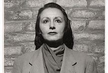 Louise Nevelson (1899-1988) / Louise Nevelson (née Leah Berliawsky, le 23 septembre 1899, à Pereïaslav, dans le gouvernement de Poltava, Empire russe, et décédée le 17 avril 1988 à New York, États-Unis)1 est une sculptrice américaine d'origine ukrainienne. Elle était mariée à Charles Nevelson, et avait un fils prénommé Myron.