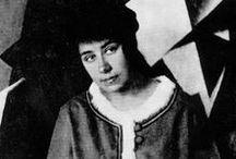 Lioubov Popova (1889-1924) / Lioubov Sergueïevna Popova (6 mai 1889 – 25 mai 1924) est une styliste et peintre constructiviste, suprématiste et cubo-futuristes russe. Membre de l'avant-garde russe, elle se distingue par ses compositions futuristes et architectoniques, dans le sillage des Malevich, et quelques autres artistes femmes, Natalia Gontcharova, Olga Rozanova, Varvara Stepanova et Alexandra Exter.