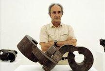 Eduardo Chillida (1924-2002) / Eduardo Chillida Juantegui, né le 10 janvier 1924 et mort le 19 août 2002 à Saint-Sébastien (Espagne), est un sculpteur et graveur basque espagnol.