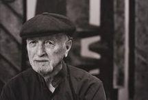 Peter Chinni (1928- ) / Sculpteur américain d'origine calabraise né à Mount Kisco, N.Y. en 1928. Il a commencé ses études à l'Art Students League de New York. Alors qu'en Italie, il a étudié à l'Accademia di Belle Arti à Rome et plus tard avec le peintre Felice Casorati et sculpteur cubiste Roberto Melli à Rome. Plus tard, après le service dans l'armée des États-Unis Chinni basé à Manhattan, développe un style richement expressif et abstrait en trois dimensions fortement influencée par sa formation italienne.