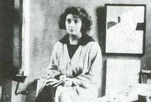 Marthe Donas (1885 -1967) / Marthe Donas (1885 -1967), peintre belge, est dite aussi Tour Donas ou Tour d'Onasky. En 1916, elle apprend la technique du vitrail, Marthe Donas atterrit à Paris, point de rencontre de tous les artistes. Marthe y découvre le cubisme dans l'atelier d'André Lhote. Elle devient membre du groupe la Section d'Or  dont font partie de nombreux artistes, parmi lesquels Léger, Braque, Gleizes, Duchamp, Brancusi, Kupka et Archipenko. Donas passe du cubisme à l'art abstrait.