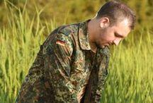 Bundeswehr Uniform 2013 / Názov Bundeswehr (spolková obrana) je pomenovanie ozbrojených síl Spolkovej republiky Nemecko. Hlavou BW je v dobe mieru minister obrany a v prípade vojny spolkový kancelár. V súčasnosti v BW slúži okolo 235 000 vojakov. V tomto albume nájdete pár fotografií rôznych produktov oblečenia Nemeckej spolkovej armády.