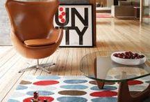 Retro Style Teppiche / Diese Teppiche im Retro-Stil lassen den Charme der 70er wieder  aufleben. Mit ihren graphischen Mustern, schwungvollen  organischen Formen und den knalligen Farben präsentieren sie  das ganze Spektrum des Retro-Designs, optimal abgestimmt auf  moderne Einrichtungen. Ihre poppigen Motive integrieren sich  daher auch wunderbar in alle zeitgemäß eingerichteten  Wohnungen und beleben sie mit ein wenig 70er-Jahre-Schwung.