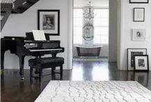 Klassisch elegant / Mit dem klassisch eleganten Stil erschaffen Sie durch die  schlichten, puristischen Designs und gedeckten Farben einen  Look, der zeitlos, elegant und stilvoll ist. Besonderes Augenmerk  liegt hier auf der Qualität der Teppiche. Sie bestehen häufig aus  hochwertigen Naturfasern und werden mit entsprechender  Sorgfalt hergestellt, sodass höchster Komfort und langanhaltende  Freude an ihnen gewährleistet sind.