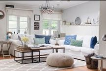 Landhaus & Maritim / Wie eine frische Meeresbrise belebt der Maritim-Look mit seinen unkomplizierten, klaren Formen und dem klassischen  blau-weißen Farbschema die Sinne. Die Basis dieses Looks  bilden dabei, ebenso wie beim Landhausstil, naturbelassene  Materialien wie Holz und Naturfasern. Deshalb eignen sich  unsere Teppiche aus Baumwolle, Wolle und anderen natürlichen  Fasern besonders gut als Ergänzung zu diesen beiden  entspannten und gemütlichen Stilen, die Räume einfach  wohnlich und zeitlos schön machen.