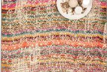 """Boho Chic Teppiche / Boho Chic, die Kurzform von """"Bohemian Chic"""", lehnt sich an den  Hippie-Stil an: wilde, farbenfrohe  Muster, florale Ornamente und eine Spur Ethno-Stil schaffen  einen ausdrucksvollen Look. Im Zentrum stehen dabei, ganz wie  bei seinen Namensgebern, den Bohème, Kreativität, Individualität  und die Entfaltung eines eigenen Stils. Deshalb lassen sich  unsere Teppiche im Boho Chic so schön mit verschiedensten  Stilen kombinieren – für einen freies, unverwechselbares  Ambiente."""