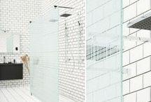 ARC Duschväggar / Duschväggarna i ARC-serien har 8 mm tjockt glas och massiva kromade beslag. De allra flesta modellerna kan måttanpassas eller snedkapas kostnadsfritt efter ditt badrums unika mått. Tillverkade i Sverige med 15 års garanti.