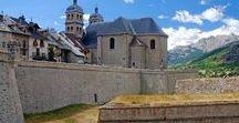 Hautes-Alpes - Briançon / En été, Briançon est le point de départ pour découvrir le Queyras et le Massif des Écrins par les sentiers de grande randonnée. En hiver, la ville devient une station de ski appartenant au domaine de Serre Chevalier (Hautes-Alpes, Provence-Alpes-Côte d'Azur)