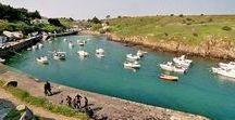 Vendée - Ile d'Yeu / L'île d'Yeu est l'île du Ponant la plus éloignée de la côte Atlantique. Située entre l'île de Ré et l'île de Noirmoutier, ses divers paysages (marais, côte sauvage, dunes, plages de sable fin) sont réputées pour ses randonnées pédestres et en vélo. Bref, tout ce qui fait de ce lieu unique un petit paradis sur mer