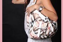 """Tassen / """"Vrouwen en tassen vaak onafscheidelijk, ook tijdens een fotoshoot, toch?"""""""