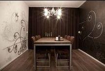 LUXURY eetkamer muurschildering / Exclusieve airbrush muurschildering. Deze eetkamer krijgt een luxe, eigentijdse uitstraling doordat er in combinatie met de sierlijke krullen gebruik gemaakt is van zowel een matte als een metallic muurverf. Dit contrast van mat en glans zorgt voor een unieke uitstraling, die vooral goed uitkomt bij kaars- of sfeerverlichting.