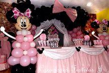 Decoración con globos de minnie / Decoración con arco de orejitas de minnie en rosado palo, con caja para regalos, piñata minnie, imágenes y letrero en goma eva, centros de mesa, Mesa de dulces personalizados y etiquetas para cotillones.