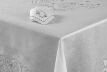 Mantelería Lotto de Las Hilanderas / Elaborado en Lino de Belesa Italiano de alta calidad Bordado artesanal a bastidor con tela aplicada Tejido 100% Natural Diseño exclusivo de Las Hilanderas