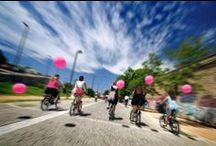 """1st Athens Skirt Ride / Ξεκινώντας από την """"Τεχνόπολις"""" του Δήμου Αθηναίων, οι κομψές Αθηναίες είχαν την ευκαιρία να χαρούν μια διαφορετική βόλτα 6 χιλιομέτρων στο ιστορικό κέντρο, αποδεικνύοντας πως για να απολαύσεις το ποδήλατό σου στην πόλη δεν χρειάζεσαι κάποια ιδιαίτερη """"μεταμφίεση"""" αλλά τα κανονικά, καθημερινά σου ρούχα."""