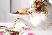 Old Country Roses / Revel in the beauty of vintage flair with the Old Country Roses Collection, a tableware set inspired by a quintessentially English country garden with roses in full bloom. A long-standing testament to timeless style and elegant craftsmanship, Old Country Roses originally launched in 1962 and is the epitome of fine English tea ware and world-renowned for being synonymous with Royal Albert.