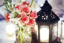 Lanterna na Decoração / Eu amo decoração com lanternas! Vocês podem decorar diversos ambientes e deixá-los muito charmosos. Quando iluminadas, à noite, o clima romântico e aconchegante é garantido.  Elas podem usar, além das velas (que podem ser coloridas também), é possível enfeitar as lanternas com folhas secas, flores, suculentas…