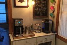 Estação do Café ☕ / Que tal montar aquele cantinho especial com uma Estação do Café? Você, sua família e amigos vão amar! Então, mãos a obra, crie, divirta-se e monte o seu Cofee/Bar - DIY