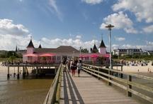Seebad Ahlbeck / Das Seebad Ahlbeck liegt im Süden der Insel Usedom. Das Wahrzeichen Usedoms ist die aus 1898 stammende Seebrücke mit ihren 4 Türmen und weißer Fassade. Weitere Infos zu Ahlbeck findet ihr unter: http://www.drei-kaiserbaeder.de