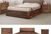 wooden beds łóżka drewniane / Meble kolonialne, dzięki swej prostocie i małej ilości zdobień doskonale harmonizują z meblami nowoczesnymi. Są masywne i trwałe. Wykończenie ich powierzchni ma świadczyć o ich historycznym pochodzeniu, stosowane więc są rozmaite techniki postarzające, łącznie z imitacją otworów po kornikach, duża ilość sęków i spękań jest uważana za zaletę podkreślającą naturalność materiału użytego do wyrobu mebli.