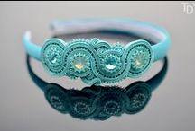 Sutašky, Prýmky, Soutache / Prýmkování je technika výroby textilního šperku, kdy postupným sešíváním sutašek, neboli prýmků, a vkládáním nebo našíváním korálků vzniká originální šper při jehož tvorbě můžete plně zapojit svji fantazii a představu o finálním vzhledu šperku. Původně tento materiál sloužil k dekorování oděvů.