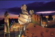 Barcellona / Le ragioni per visitare Barcellona si sa, sono molteplici, perché la città offre ogni gamma di svago e divertimento; qui puoi soddisfare le più ampie necessità spaziando dalla cultura, alla musica, al divertimento con la D maiuscola! Si sceglie Barcellona in qualsiasi periodo dell'anno proprio per la smisurata capacità di offrire tutto ai viaggiatori: incredibili monumenti, eventi gastronomici , per le sue tradizioni folcloristiche, e una vita notturna al di fuori di ogni schema.