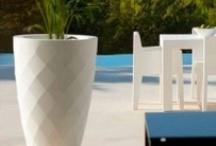 Plantenbakken @ Verlichtmeubilair / Ook zonder verlichting zijn er allerlei design plantenbakken en bloempotten van de vooraanstaande Europese Merken verkrijgbaar. Met een veelheid aan ontwerpen en kleuren zijn deze potten zeer geschikt voor de decoratie van hotels, kantoorpanden en restaurants, maar natuurlijk ook voor woonhuizen.