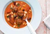 Suppen und Eintöpfe / Wir lieben es herzhaft! Deswegen haben wir für euch die besten Rezepte für leckere Suppen und deftige Eintöpfe auf einen Blick zusammengestellt. Von der klassischen, klaren Hühnersuppe, über  hausgemachte Gemüseeintöpfe bis hin zur kalten, cremigen Sommer-Suppe. Hier findet ihr vielfältige Gerichte für jede Jahreszeit, die ganz einfach nachgekocht werden können. Also: Holt schon mal die Suppenschüssel raus und löffelt euch glücklich!