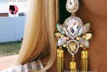 HelenaDia / Vitajte vo svete unikátnych ručne vyrábaných šperkov značky HelenaDia. Náš tím talentovaných dizajnérov priebežne pracuje na vytváraní nových myšlienok, ktoré obratom aplikuje do unikátnych kusov šperkov. Kombinácia dôkladne vybraných polodrahokamov, českého kryštáľu, sklenených korálok a kryštáľov Swarovski spoločne s fantáziou a spracovaním našich designérov, predurčuje šperky HelenaDia na každú príležitosť, rannú kávu, večerný drink, romantickú večeru, rovnako ako obchodné rokovania.