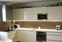 Povedená rekonstrukce bytu v Olomouci / Kuchyně, šatní skříně, stoly, židle