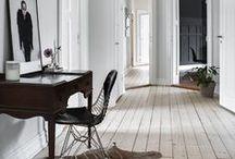 Interieur | Flur, Garderobe, Eingangsbereich / Einen Flur oder die Garderobe einzurichten bedeutet auch hier das Aushängeschild, den ersten Eindruck deines Zuhauses, möglichst perfekt abzubilden. Es soll jeden Gast einladen und dennoch genug unterbringen, das bitte aber auch mit Stil. Platzsparend und nicht unordentlich wirken.