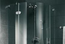 Duschkabinen (Rund) / Auch im kleinsten Bad ist meist Platz für eine Dusche. Eine Runde Duschkabine nimmt im Vergleich zu anderen Varianten weniger Raum ein und lockert das Badezimmer optisch auf. Die geschwungenen Wände der Duschkabine wirken weicher und bilden einen Ausgleich zu den meist gradlinig gefliesten Wänden. Eine Runddusche vermittelt durch ihre gebogenen Glas- oder Kunststoffwände einen eleganten Eindruck und passt sich selbst in kleine Ecken wunderbar ein.