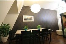 Seinän tapetointi / Noin 3 metriä korkean seinän tapetointi kuviokohdisteisella tapetilla toi tilaan lämpöä ja viihtyvyyttä.