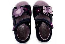 Viele schöne Schuhe für Kinder / Kinderschuhe in allen Farben und Formen