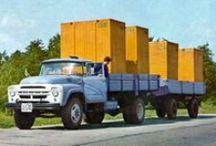 ЗиЛ-130Г / Удлинённая версия стандартной модели ЗиЛ 130. Отличалась увеличенной до 4500 мм колёсной базой и, соответственно, более вместительной грузовой платформой с двухсекционными боковыми бортами