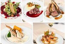 Restaurantul Marco Polo / În fiecare zi, călătoria culinară începe la Restaurantul Marco Polo. Situat la mezanin, restaurantul își întâmpină oaspeții de la primele ore ale dimineții cu un mic dejun bufet variat.  Pentru prânz și cină, oaspeții noștri pot savura preparate din meniul internațional, care conține atât specialități recunoscute ale bucătăriei europene, cât și meniuri speciale, create de Maeștri Bucătari ai restaurantului.