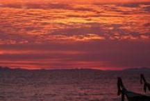 My Thailand is Yours / Ze vertelden over hun reizen door de rest van Thailand: met een backpack op hun rug hadden ze de eeuwenoude Boeddha's en tempelcomplexen van Ayutthaya en Sukothai bezocht. Ze hadden gewinkeld op de nachtmarkt van Chiang Mai, waren op een olifant de heuvels ingetrokken en waren daarna naar het zuiden gegaan. Het zuiden van Thailand lag vol met eilanden met verlaten stranden omringd door water zo helder dat je er dwars doorheen kon kijken. Eenmaal weer thuis viel me op hoe grijs de Noordzee was.