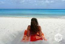 My Curaçao is Yours / Dan is er Curaçao. Ideaal voor een vakantie van een week. Je huurt een auto en broem broem, je bent zo het eiland rond. Hé een strand! En nog een strand. Kleine Knip, Grote Knip, Playa Kalki, Santa Cruz, Blauwbaai. Het zand is wit, de zee is blauw en de klanken van ritmo kombina, salsa en bachata zijn nooit ver weg. Maar Curaçao is geen standaard bountyeiland. Even het binnenland in reizen en je komt terecht in ruige, dorre natuur. Hier vind je cactussen, leguanen en landhuizen met verhalen.