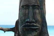 My Fiji is Yours / Reis mee naar hagelwitte stranden met zijwaarts dansende krabbetjes, schelpen waar je de zee in hoort en opgedroogde kokosnoten. Dit zijn de eilanden waar eeuwen geleden ontdekkingsreizigers als James Cook en Abel Tasman uitgeput voet aan wal zetten en hun dagboeken volschreven met verhalen over sevusevu, kannibalen en onderwatergeesten.