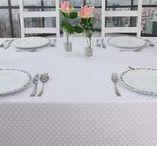 Festliche Tischdecken / Festlich den Tisch dekorieren. Mit außergewöhnlichen Tischdecken, Tischläufer, Tischsets und feinen Stoffservietten den Tisch festlich zu dekorieren, ist ganz einfach.