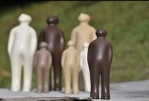 """The Visitor / """"The Visitor"""" is een ontwerp van de Belgische kunstenaar Guido Deleu. De keramieken beeldjes worden echter artisanaal vervaardigd in Brazilië in het atelier van Selma Calheira (Cores da Terra). Ze worden enkel met natuurlijke materialen als klei en kleurpigmenten gemaakt. De beelden sieren door hun eenvoud en zijn verkrijgbaar in diverse kleuren en formaten (small, plus en large)."""