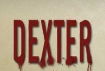 """Biblioteca Dexter / """"Les presento a Dexter Morgan, un Hannibal Lecter vestido de corderito... Un monstruo que se estremece ante la visión de la sangre... Un asesino en serie cuya regla de oro le convierte en alguien tremendamente simpático: sólo mata a los malos."""" Ediciones Urano"""