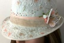 Flores de tecidos, chapéus, casquetes e arranjos para noivas