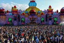 Festival nelle Fiandre  / Più di 280 festival in calendario, 2000 ore di performance live, 75 milioni di litri di birra consumata: l'estate nelle Fiandre è musica e divertimento! Sotto i palchi, sui prati e nelle città, i big si ritrovano qui, insieme al proprio pubblico da tutto il mondo: vuoi davvero mancare?  Visita anche il nostro sito: http://www.turismofiandre.it/lasciati-ispirare-dalle-fiandre/grooving-fiandre